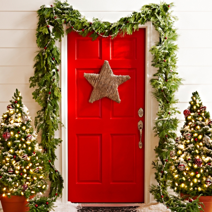 05-touch-of-starlight-christmas-door-decor-homebnc
